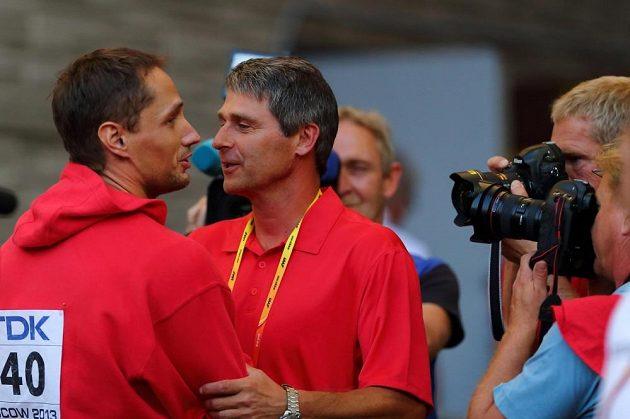 Mistr světa Vítězslav Veselý přijímá gratulaci od svého trenéra Jana Železného.