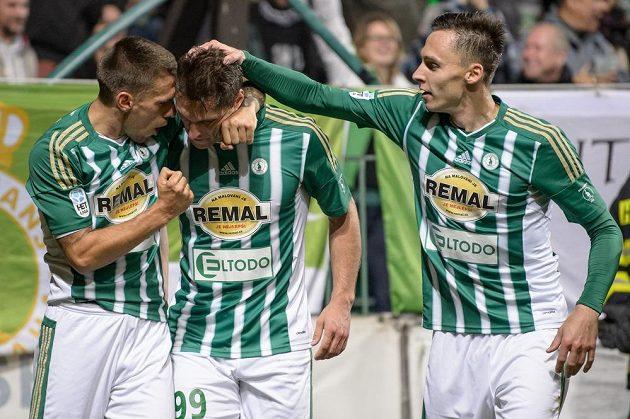 Fotbalisté Bohemians (zleva): Milan Kočič, Jevgenij Kabajev a Siim Luts oslavují gól na 1:1 proti Baníku.