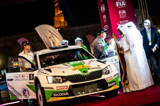 Vojtěch Štajf a Veronika Havelková s Fabií R5 před startem Katarské rallye.