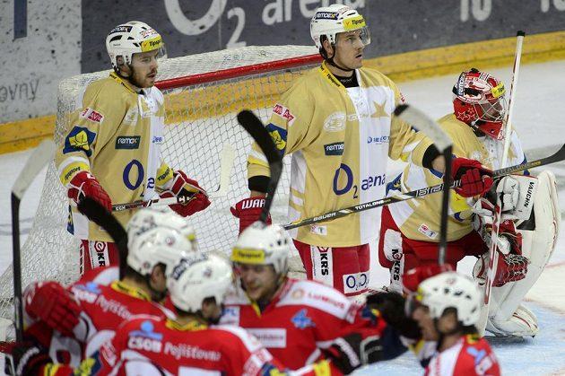 Zklamaní slávisté, radost Pardubic. (Zprava) slávistický brankář Adam Svoboda, Tomáš Beňovič a Jakub Sklenář poté, co jejich tým dostal čtvrtý gól.