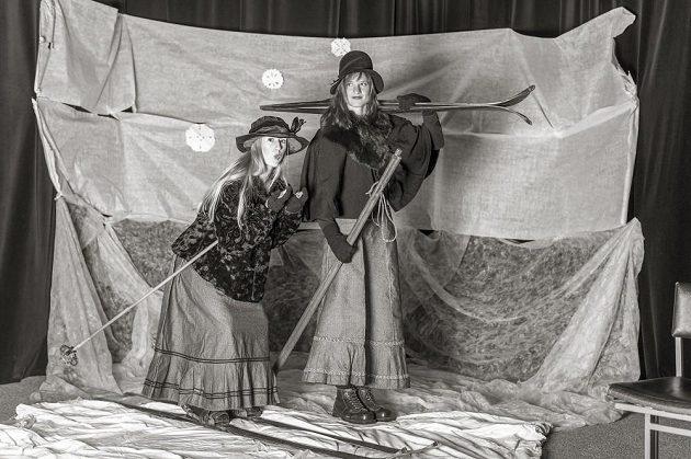 Lyžnice Julie Jiravská (vlevo) a Kateřina Cachová.
