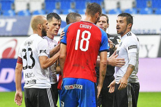 Tomáš Chorý z Plzně se dohaduje s hráči Zlína.