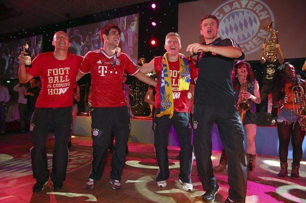 Fotbalisté Bayernu (zleva) Arjen Robben, Javi Martínez, Bastian Schweinsteiger a Thomas Müller ve víru oslav na banketu v Londýně po triumfu mnichovského celku v Lize mistrů.