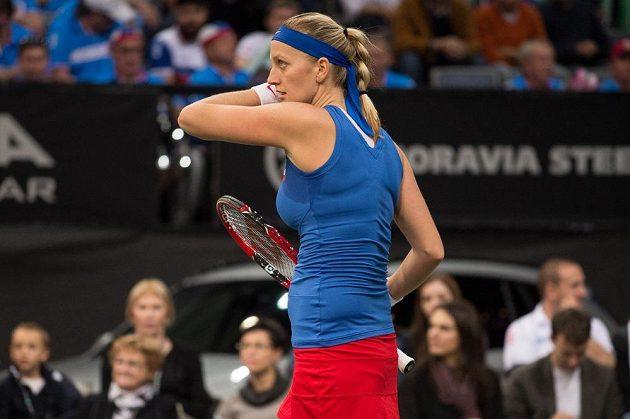 Česká tenistka Petra Kvitová v prvním zápase finále Fed Cupu s Anastasijou Pavljučenkovou .