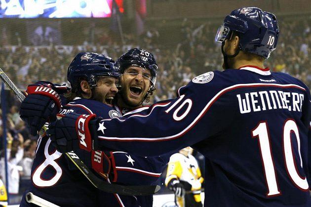 Radost hokejistů Columbusu z pátého a rozhodujícího gólu proti Pittsburghu.