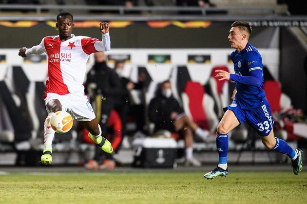 Abdallah Sima ze Slavie Praha a Luke Thomas z Leicesteru během utkání vyřazovací části Evropské Ligy.