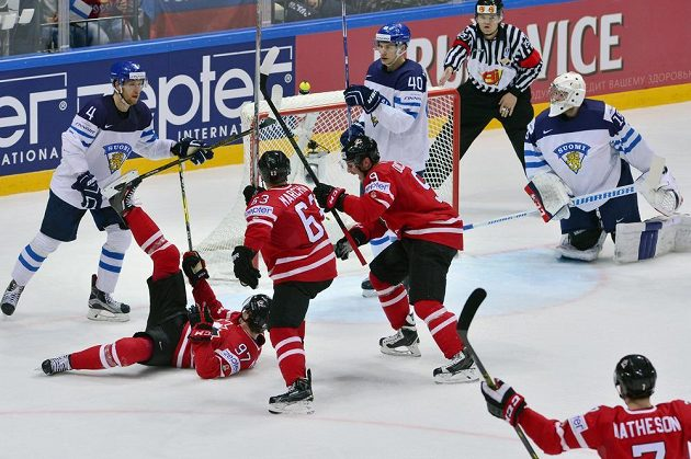 Kanaďan Connor McDavid (na ledě) oslavuje branku vstřelenou Finsku.