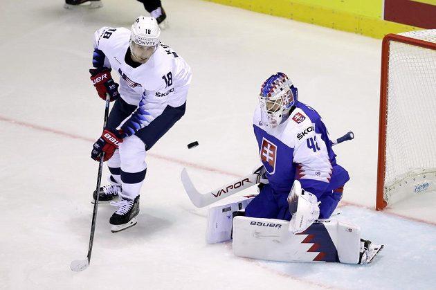 Americký hokejista Chris Kreider v šanci před slovenským gólmanem Patrikem Rybárem během utkání na MS.