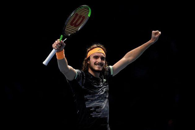 Řecký tenistka Stefanos Tsitsipas a jeho vítězné gesto.
