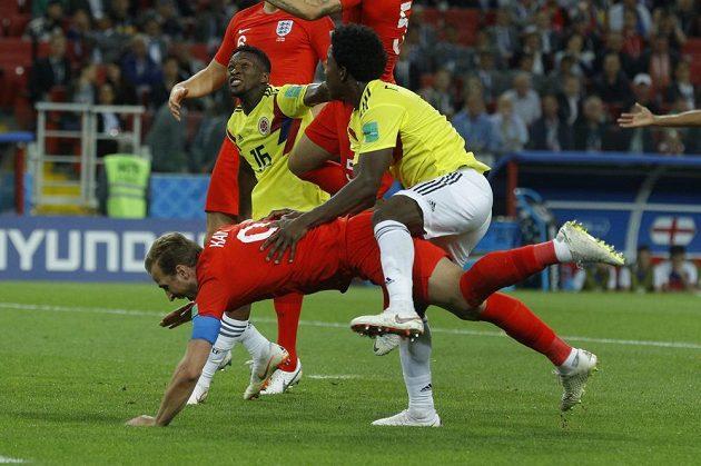 Carlos Sánchez (vpravo) fauluje Harryho Kanea v šestnáctce a sudí má jasno - penalta!