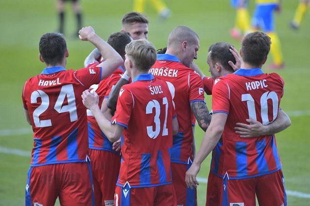 Hráči Plzně se radují v semifinále poháru z gólu Teplicím, který vstřelilMilan Havel.