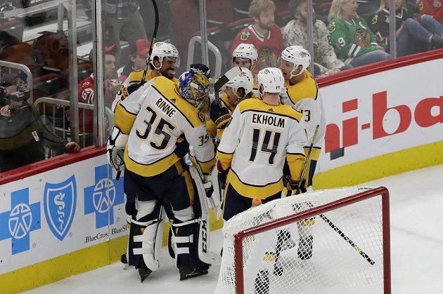 Gólman Predators Pekka Rinne vstřelil gól do sítě Chicaga v zámořské NHL a spoluhráči mu nadšeně gratulovali.