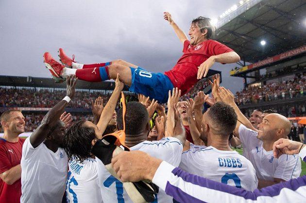 Tomáš Rosický po rozlučkovém utkání mezi výběrem ČR a výběru světa létal nad hlavami hráčů. Letná nadšeně aplaudovala.