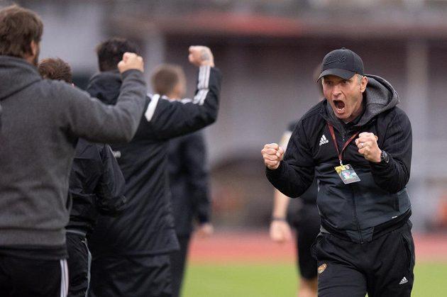 Trenér Dukly Praha Roman Skuhravý oslavuje gól na 1:0 během utkání s Bohemians.