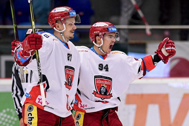Zleva Oskars Cibulskis a Jordann Perret z Hradce Králové oslavují gól.