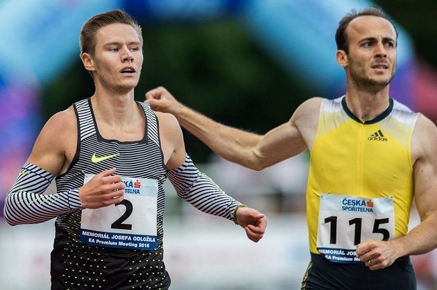 Běžec Pavel Maslák (vlevo) v cíli běhu na 400 m během Memoriálu Josefa Odložila v Praze.