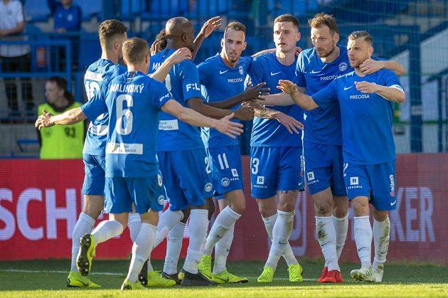 Střelec tří libereckých gólů Libor Kozák (druhý zprava) se raduje se spoluhráči z vítězství nad Slováckem. Slovan jej dosáhl i díky třem proměněným penaltám.