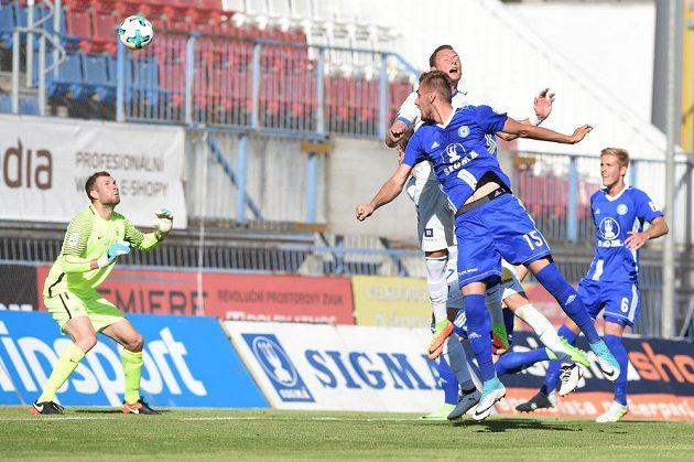 Tomáš Chorý z Olomouce dává první gól brankáři Liberce Ondřeji Kolářovi.