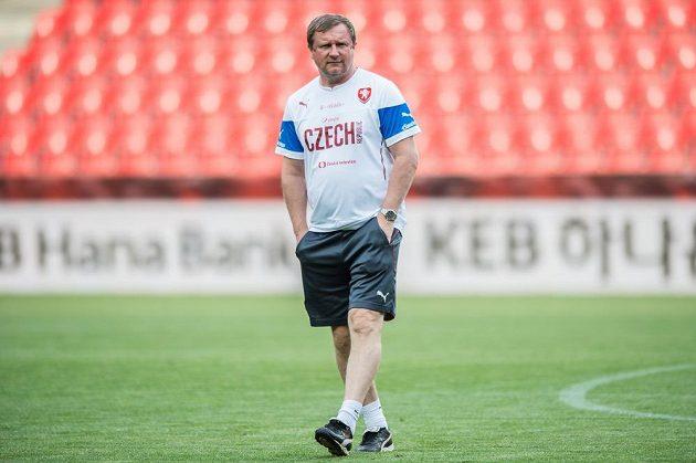 Trenér Pavel Vrba na tréninku národního týmu.