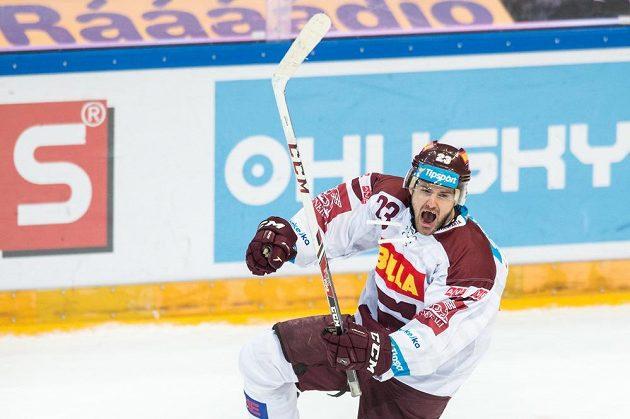 Sparťanský útočník Lukáš Pech oslavuje vítězný gól proti Chomutovu.