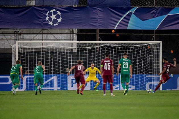 Billel Omrani (vpravo) z Kluže střílí penaltu, kterou brankář Slavie Ondřej Kolář (čtvrtý zprava) vyrazil.