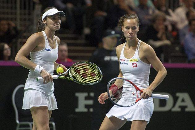 Martina Hingisová (vlevo) a Viktorija Golubicová při utkání s českou dvojicí Karolína Plíšková, Lucie Hradecká.