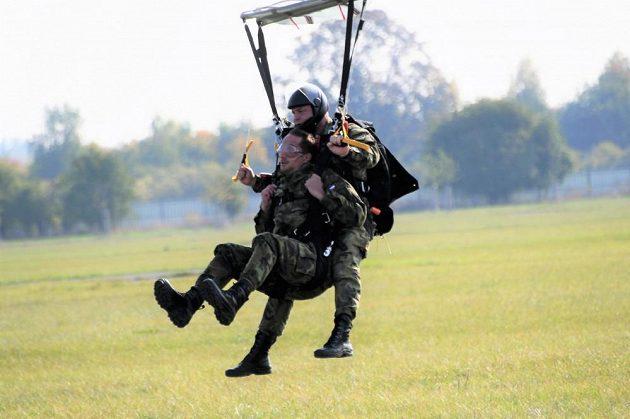 Oštěpař Vítězslav Veselý krátce před přistáním na zem.