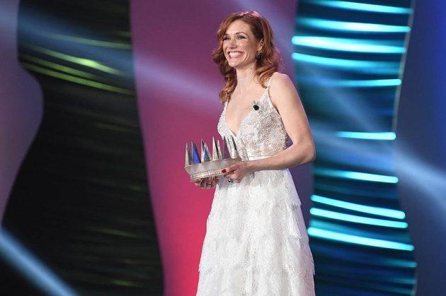 Gabriela Koukalová s trofejí pro vítěze ankety Sportovec roku.
