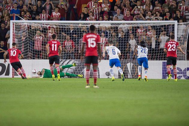 Brankář Sparty Tomáš Koubek inkasuje gól z penalty. Vlevo úspěšný střelec Southamptonu Charlie Austin.