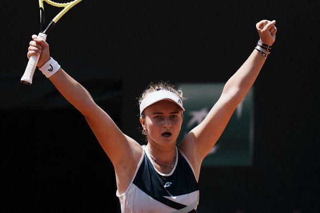 Česká tenistka Barbora Krejčíková se raduje z postupu do semifinále Roland Garros.