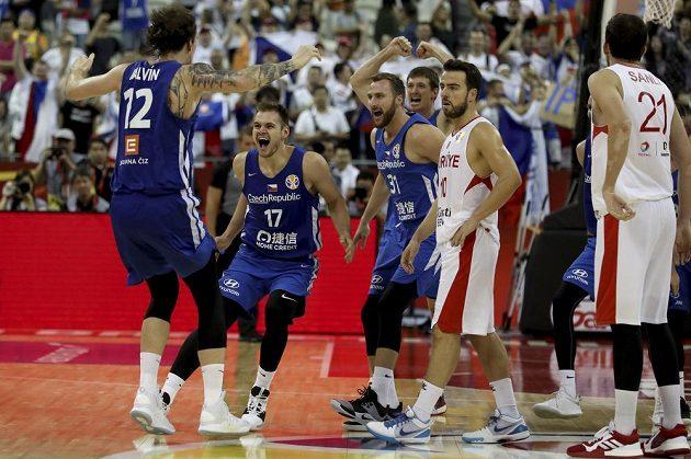 Čeští basketbalisté se radují z postupu do další fáze mistrovství světa