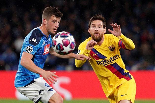 Barcelonský Lionel Messi (vpravo) a Diego Demme z Neapole.