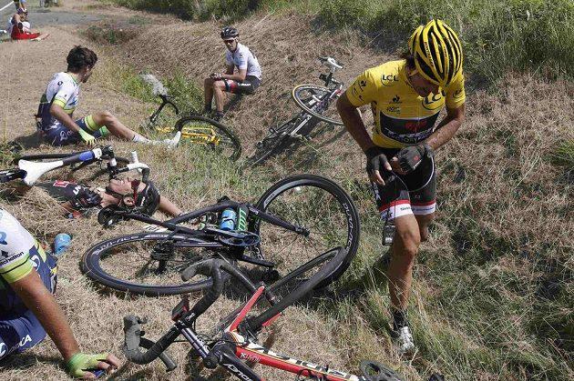 Ošklivá kolize potkala několik závodníků. Jedním z nich byl i lídr závod Fabian Cancellara ze Švýcarska (vpravo).