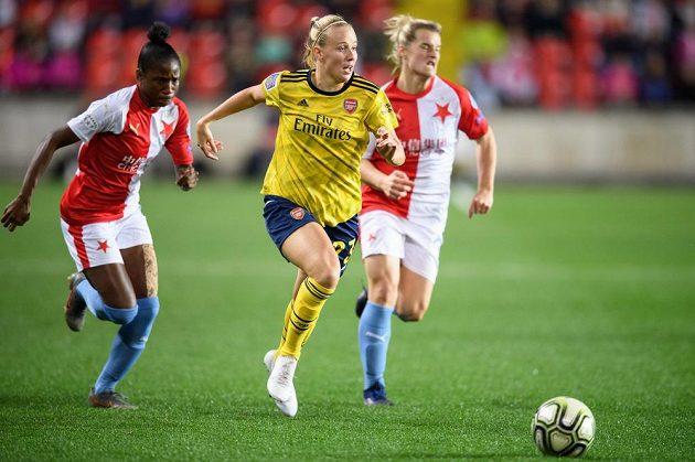 Selena Blackwoodová ze Slavia Praha marně stíhá Beth Meadovou z Arsenalu v utkání Ligy mistryň.
