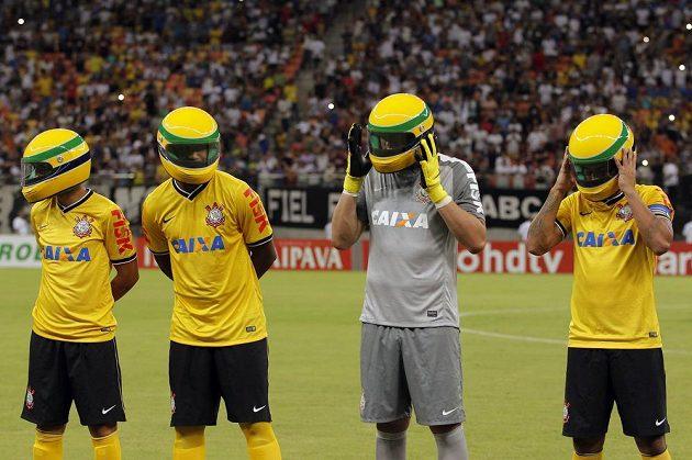 Fotbalisté brazilského celku Corinthians si před pohárovým duelem s týmem Nacional AM navlékli na počest úmrtí Ayrtona Senny na hlavu repliky helmy slavného jezdce.