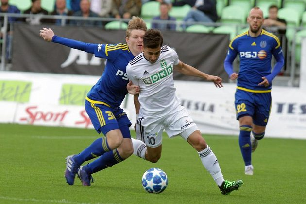 Pavel Šulc z Jihlavy atakuje karvinského Ondřeje Lingra v úvodním utkání baráže o účast v první fotbalové lize.
