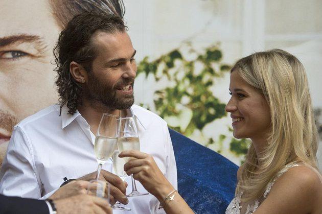 Jaromír Jágr si ťuká se skleničkou šampaňského s přítelkyní Veronikou Kopřivovou.