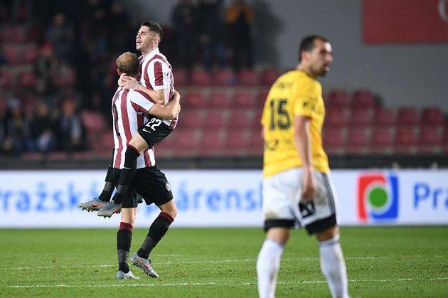 Semih Kaya a Srdjan Plavšič (22) se radují z gólu proti Českým Budějovicím.