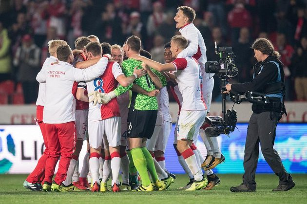 Fotbalisté Slavie Praha oslavují vítězství 2:0 v derby.