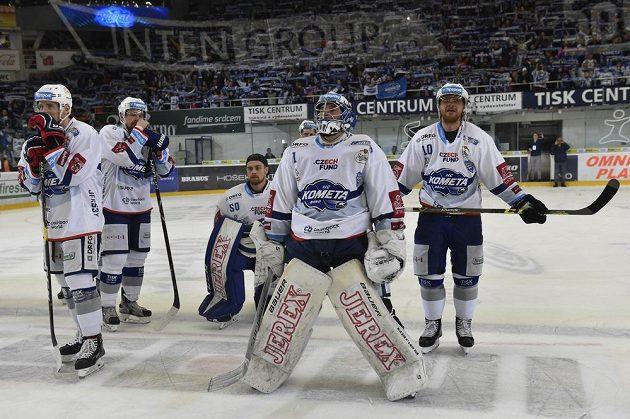 Smutek hokejistů Brna po vyřazení z play off. Zleva Tomáš Vondráček, Zbyněk Michálek, brankáři Karel Vejmelka a Marek Čiliak a Martin Erat.