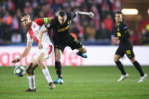 Kapitán Slavie Tomáš Souček v souboji s protivníkem z Interu Milán v utkání Ligy mistrů.