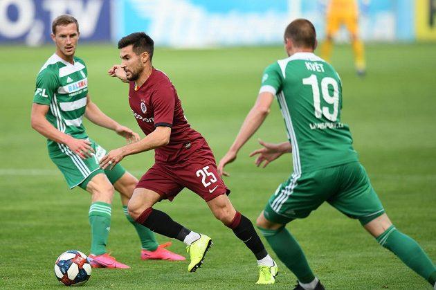Záložník Sparty Michal Trávník uniká Romanu Květovi z Bohemians během derby ve 28. kole nejvyšší fotbalové soutěže.