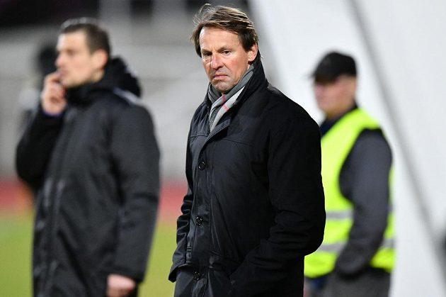 Trenér František Straka si horší začátek na lavičce Karviné ale představoval jen těžko, po pěti minutách jeho tým prohrával na Dukle 0:2.