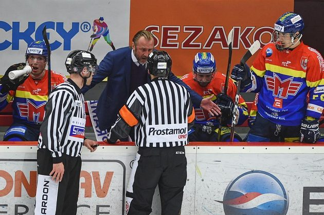 Trenér Budějovic Václav Prospal debatuje s hlavním rozhodčím.