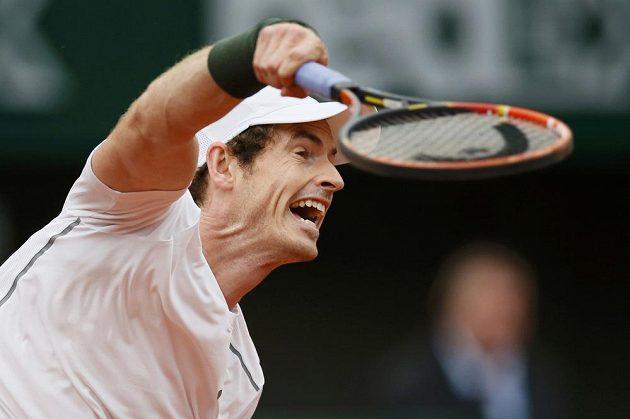 Andy Murray podává v utkání na French Open s Radkem Štěpánkem.