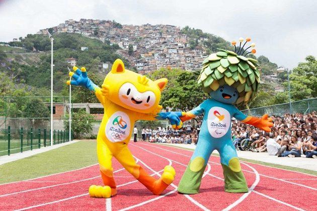 Vinicius (vlevo), maskot olympijských her v Riu, se svým kolegou Tomem - maskotem pro paralympijské hry v roce 2016.