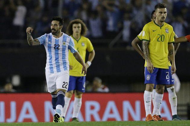 Argentinský útočník Ezequiel Lavezzi (vlevo) v kvalifikačním zápase proti Brazílii.
