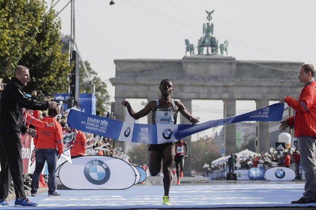 Vítěz 43. ročníku Berlínského maratónu Kenenisa Bekele protíná pásku.
