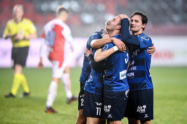 Fotbalisté Karlových Varů oslavují gól během utkání osmifinále MOL Cupu se Slavií.