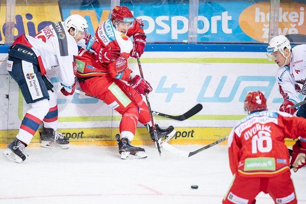 Nová posila Sparty Praha Blair Jones (uprostřed) a hokejisté Pardubic Antonín Dušek (vlevo) a Petr Sýkora během utkání extraligy.